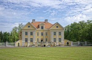 Bild på en herrgård framifrån